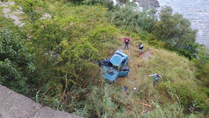 Aparatoso accidente en la vía Málaga Capitanejo por poco caen al río