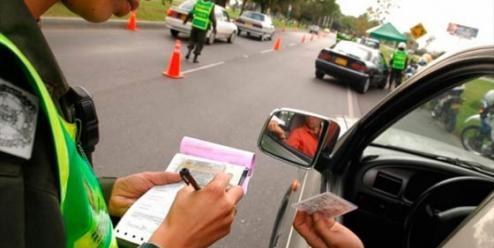 Motociclistas borrachos en Málaga tuvieron que llevar su vehículo en la mano